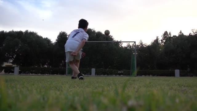 Jungen-Fußball-Spieler-Ronaldo-schießt-ein-Tor