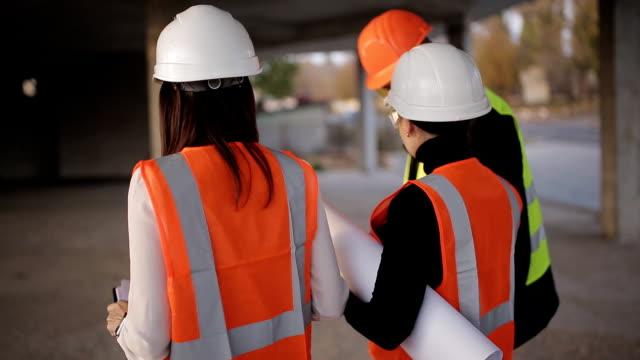 El-ingeniero-y-el-inspector-dos-mujeres-inspección-y-derivación-de-la-obra-