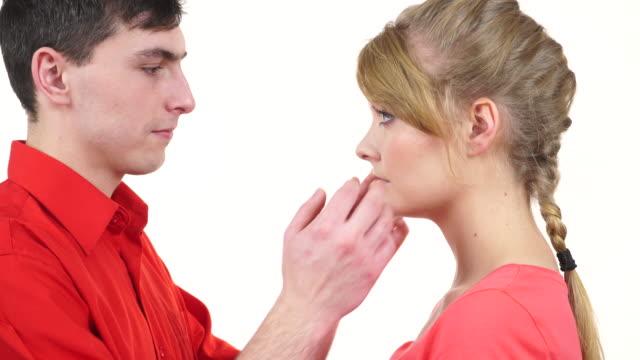 Pareja-Mujer-es-triste-y-siendo-consolada-por-su-compañera-4K