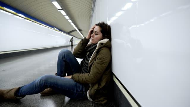 Mujer-desesperada-y-agotada-sufriendo-depresión-y-ansiedad-en-túnel-del-metro-en-conciliación-emite-problemas-financieros-imagen-negativa-del-cuerpo-y-Salud-Mental-de-eventos-de-vida-estresantes-y-loos-de-ser-amado-
