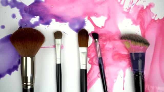 Salpicaduras-de-pinturas-de-brochas-de-maquillaje-en-cámara-lenta