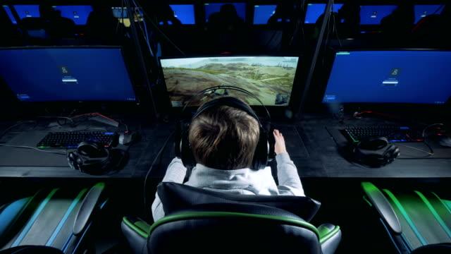 Club-de-computación-con-un-tipo-jugando-a-un-videojuego