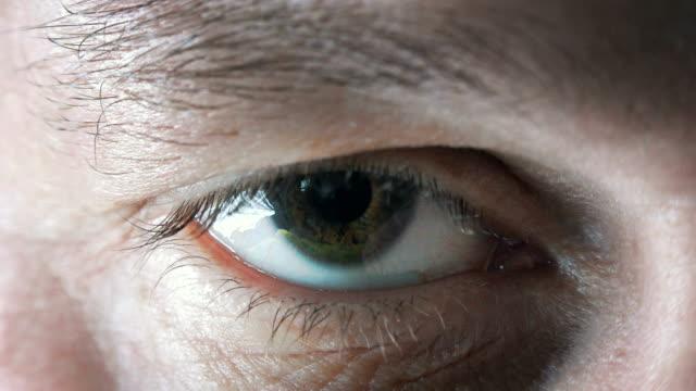 Zoom-de-ojos-humanos-a-la-red-de-la-Tierra-Azul