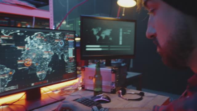 Hacker-agresivo-que-graba-un-mensaje-de-vídeo