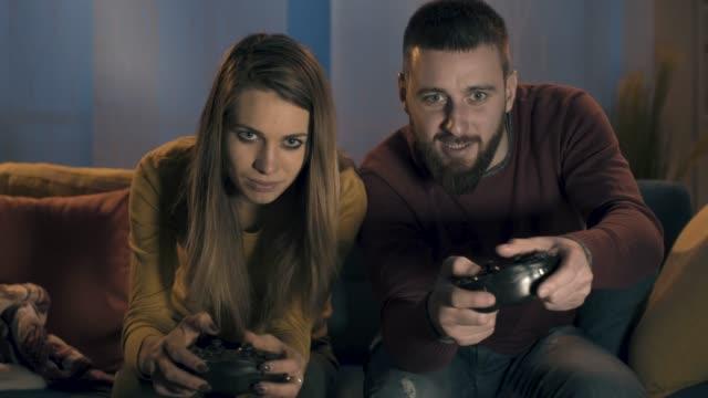 Pareja-jugando-videojuegos-juntos