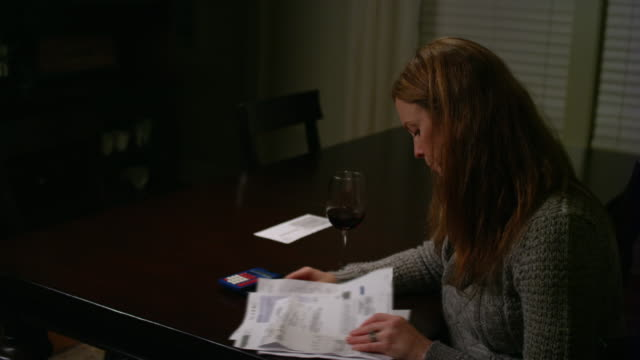 Una-mujer-mirando-billetes-en-la-mesa-hizo-hincapié-en-buscar