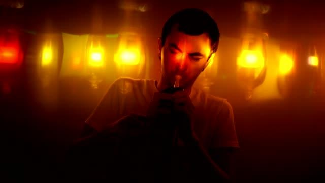 Un-hombre-joven-tocar-la-melodica-en-discoteca