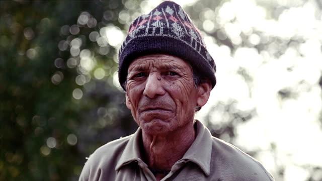 Hombre-asiático-indio-adulto-mirando-retratos-de-cámara-al-aire-libre-