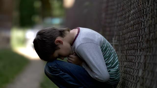 triste-niño-solitario-sentado-en-el-suelo-en-una-depresión-profunda