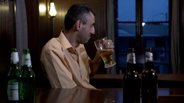 Adictos-al-alcohol-deprimida-tipo-bebidas-cerveza-en-el-bar-en-una-noche-de-fin-de-semana