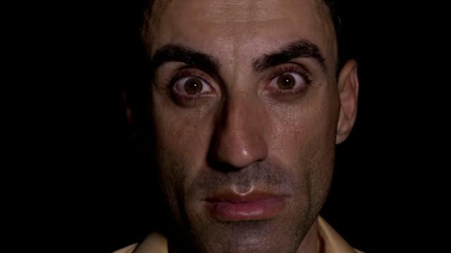 Retrato-de-hombre-cansado-de-abrir-los-ojos-muy-sorprendido