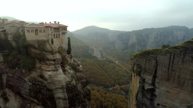 Vista-aérea-del-paisaje-rocoso-Meteora-y-los-monasterios-en-Grecia