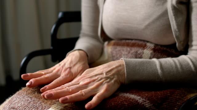 Mujer-mirando-sus-manos-arrugadas-dándose-cuenta-de-su-debilidad-e-impotencia