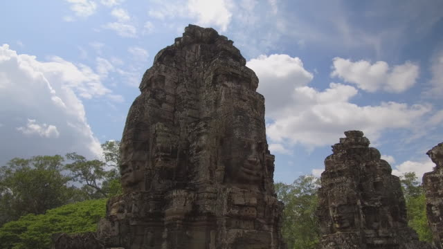 Spektakulären-antiken-Monumente-mit-Flächen-auf-jeder-Seite-verblassen-in-der-tropischen-Natur-