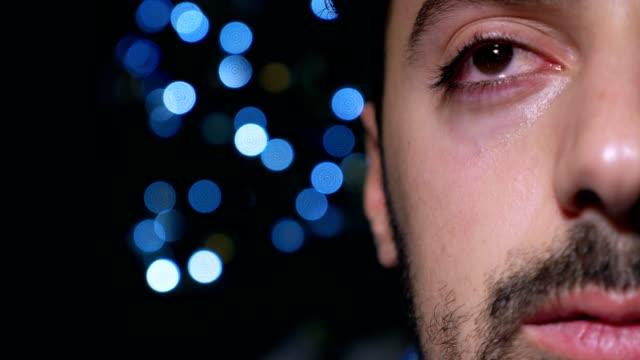 presionado-a-hombre-joven-solo-llorando-en-la-oscuridad-en-Navidad
