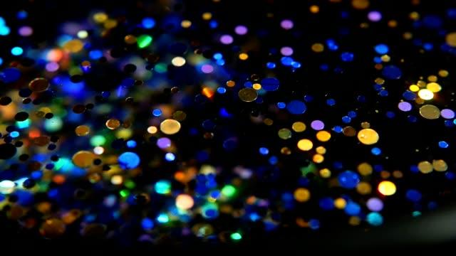 Confeti-multicolor-brillo-Defocused-brillante-fondo-negro-Imaginación-de-magia-fiesta-Colores-del-arco-iris-los-círculos-de-la-chispa-Vacaciones-Resumen-festivo-textura-bokeh-borrosa-brillantes-puntos-de-luz-