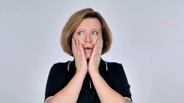 Mujer-confundida-y-asustada-de-los-problemas