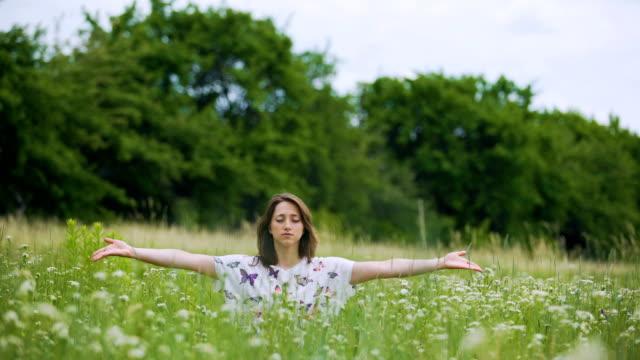 Junge-Frau-im-grünen-Rasen-buddhistische-Praxis-Namaste-nach-meditation