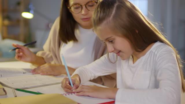 Mädchen-lernen-zu-Hause-mit-weiblichen-Tutor