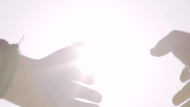 Zwei-Hände-zum-Himmel-erheben-Gottes-auf-der-Suche-nach-Erlösung-suchen-finden-Hilfe-oben