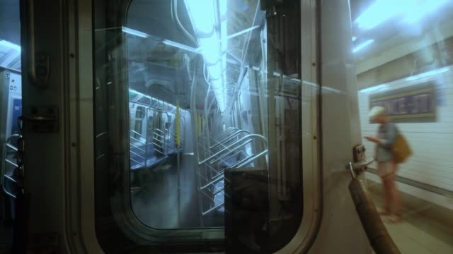 Estación-de-metro-de-la-ciudad-de-Nueva-York-llegando-a-Soho-4K