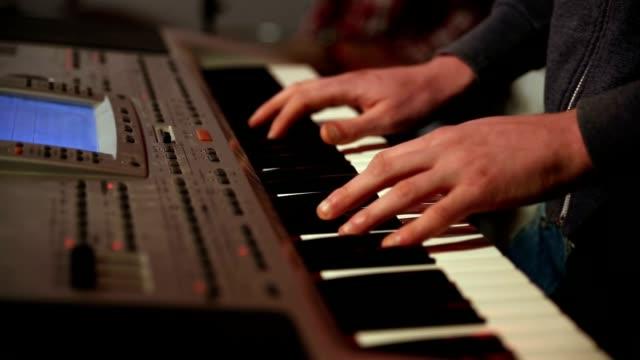 Joven-tocando-teclado-electrónico