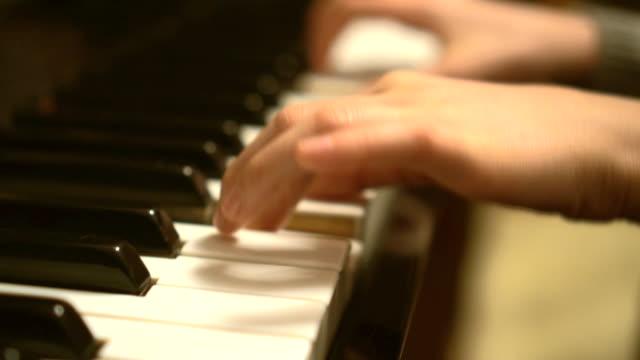 Niño-aprende-a-desempeñar-el-piano-