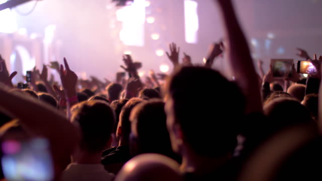 Público-emocionado-concierto-y-luces-de-la-etapa-brillante