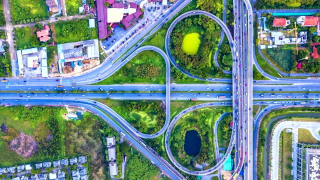 Luftbild-Zeitraffer-der-Schnellstraße-Autobahn-und-Landstraße-im-Detail-der-Schnittpunkt-in-der-Nacht