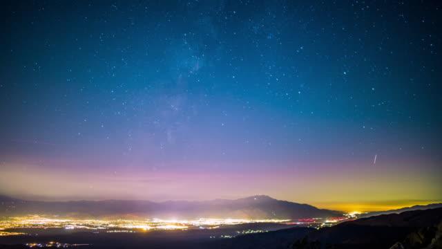 Toma-acelerada-Milky-Way-Galaxy-en-el-valle