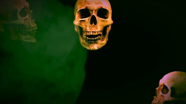 Halloween-Calavera-hablando-de-humo-sobre-fondo-negro-