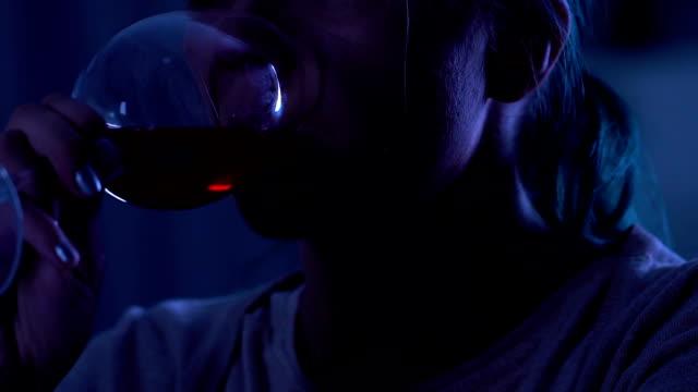 Mujer-llanto-melancólica-el-consumo-de-alcohol-y-sufren-de-depresión-closeup