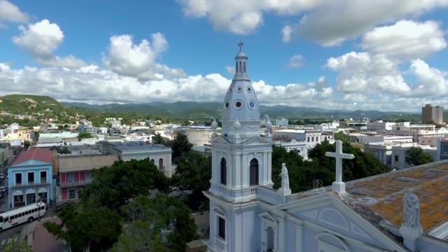 Antena-disparo-a-partir-de-una-iglesia-y-luego-vista-de-la-ciudad-de-Ponce-Puerto-Rico