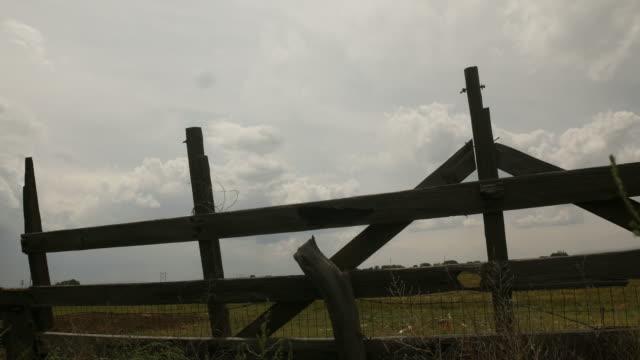 Valla-de-madera-rural-de-la-granja---lapso-de-tiempo-de-4-k