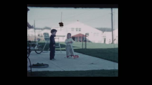 1960-Frau-mit-Kleinkindern-im-Hinterhof