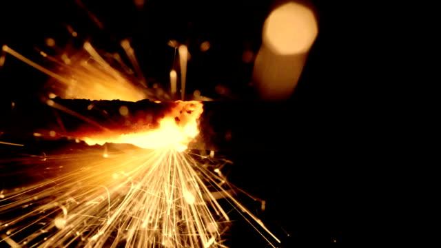 HD---cámara-lenta-de-fuego-en-un-cable-de-encendido-Close-up