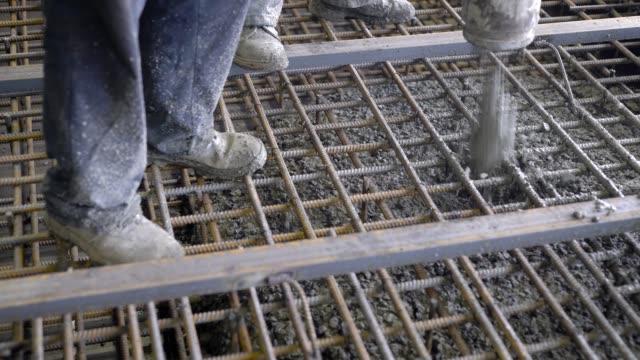 Un-grupo-de-constructores-de-había-vertido-concreto-La-Fundación-de-una-gran-obra-los-constructores-construyen-un-rascacielos-o-fábrica