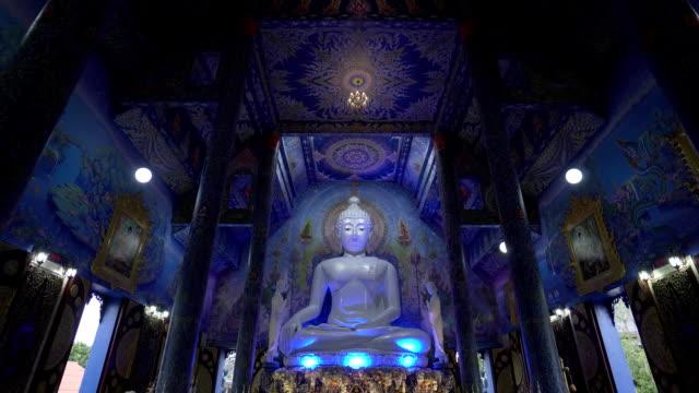 Templo-del-Buda-de-azul-en-la-provincia-de-Chiang-Rai-El-blue-buddha-sedentarios-