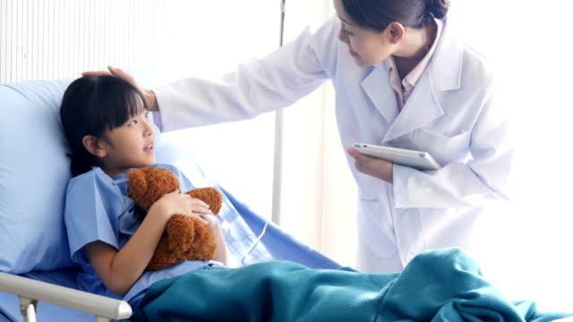 Pediatra-a-la-niña-en-la-cama-de-Hospital-Personas-con-concepto-sanitario-y-médico-