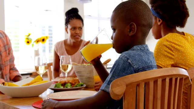 Vorderansicht-des-schwarzen-Familie-Essen-am-Esstisch-in-einem-komfortablen-Haus-4k