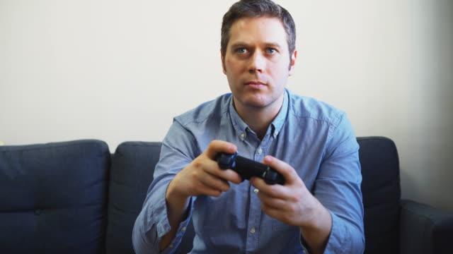 Hombre-jugando-videojuego-de-disparos-en-la-televisión-Controlador-Gamepad-en-las-manos-