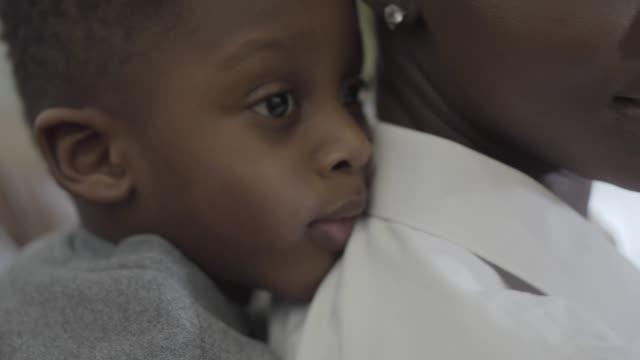 Retrato-de-mujer-afroamericana-con-su-niño-pequeño-