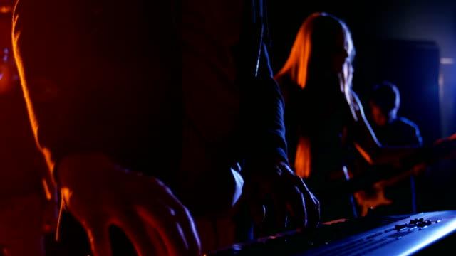 Músico-tocando-piano-electrónico-en-estudio