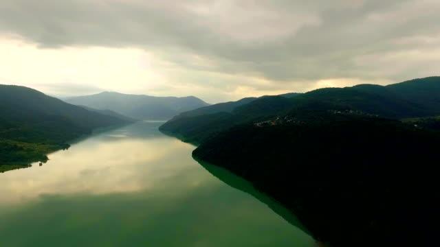 Vista-aérea-de-un-gran-río-y-montañas-Georgia