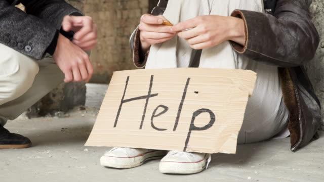 Hombre-rico-da-bitcoin-a-personas-sin-hogar-y-personas-sacude-las-manos