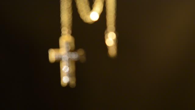 Goldkreuz-an-einer-rauhen-Wand-Rack-Fokus