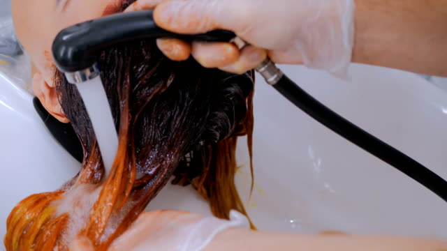 3-shots-Hairdresser-washing-hair-of-woman-client