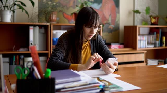 El-joven-maestro-en-vidrios-en-el-aula-comprobación-de-pruebas-independientes-