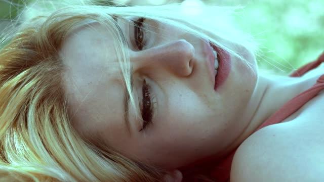 Mujer-rubia-triste-llorosa-miente-en-el-park.close-para-arriba