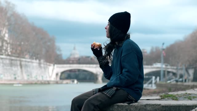 miseria-errante-hogar-femenino-marginación-solo-comer-una-manzana
